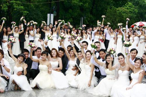 """Cưới tập thể ở Hà Nội """"Chạy """""""