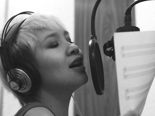 Mai Khôi đang thu thanh bài Hồ Cầm của album