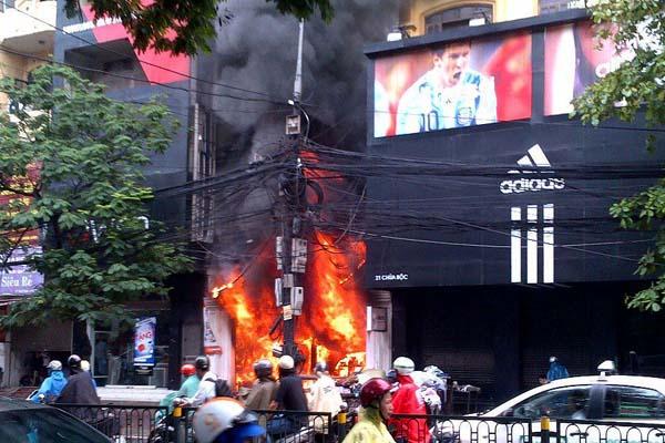 Cháy cửa hàng bán quần áo phố Chùa Bộc, tắc đường nghiêm trọng ...