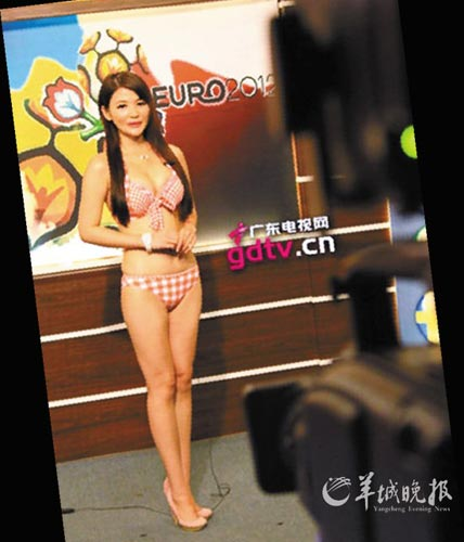 MC mặc bikini lên truyền hình gây sốc mùa Euro ảnh 2
