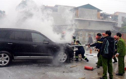 Hà Nam: Đốt rơm, gây cháy ô tô