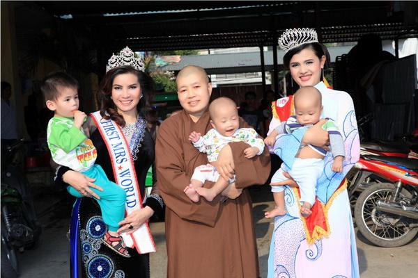 Các hoa hậu thăm và làm từ thiện tại chùa Bồ Đề