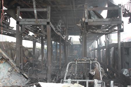 Xe khách hạng sang bốc cháy ngùn ngụt ở Nghệ An - Hình ảnh, video chay 3