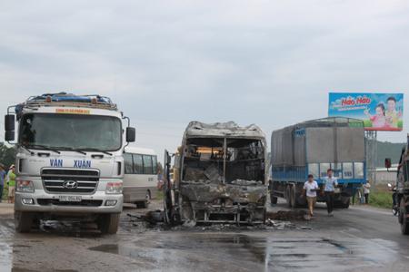 Xe khách hạng sang bốc cháy ngùn ngụt ở Nghệ An - Hình ảnh, video chay 4