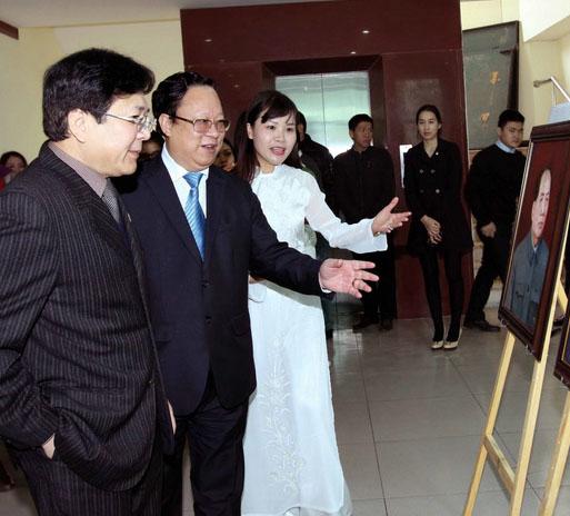 Triển lãm tranh sơn dầu 30 nhân vật anh hùng Việt Nam trên khắp thế giới