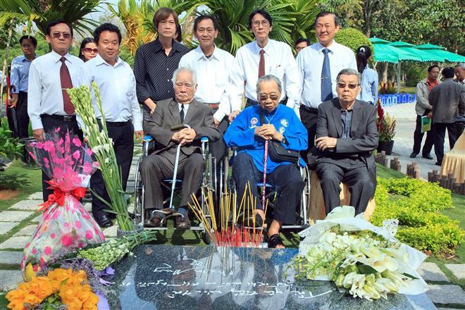 Hàng ngồi từ trái qua: nhạc sĩ Nguyễn Văn Tý, GS-NS Trần Văn Khê, đạo diễn – NSƯT Lê Dân và già đình nhạc sĩ Phạm Duy viếng mộ ông