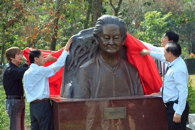 Khánh thành tượng đồng Phạm Duy nặng 300kg tại khu mộ
