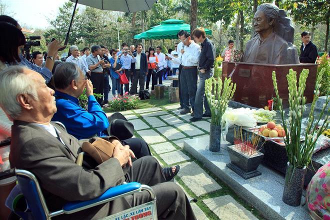 Trong khu mộ này còn có cả mộ của ca sĩ Thái Hằng (vợ Phạm Duy) và ca sĩ Duy Quang (con trai nhạc sĩ)
