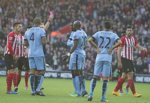 Chiếc thẻ đỏ của Mangala cũng không thể ngăn cản Man City chiến thắng