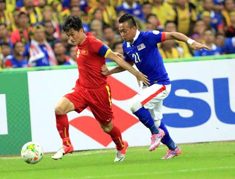 Công Vinh (trái) cho rằng đội tuyển Việt Nam phải chơi tập trung ở trận lượt về để duy trì lợi thế.Ảnh: V.S.I