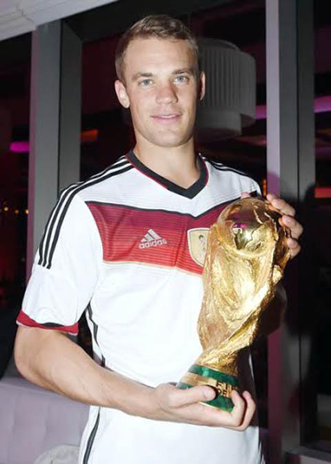 Với chức vô địch World Cup 2014, Neuer đã được L'Equipe bầu chọn là cầu thủ xuất sắc nhất thế giới.