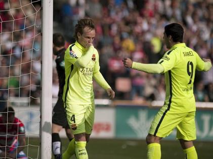 Barca chật vật thắng Granada: Đá ch�