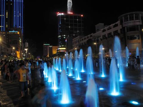 Ngày và đêm đầu tiên trên phố đi bộ Nguyễn Huệ