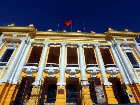 Tranh cãi xung quanh việc sơn lại Nhà hát Lớn Hà Nội