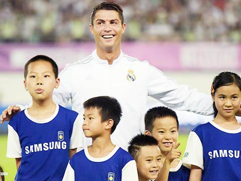 Cristiano Ronaldo gây sốt với cú đánh gót mà không cần nhìn