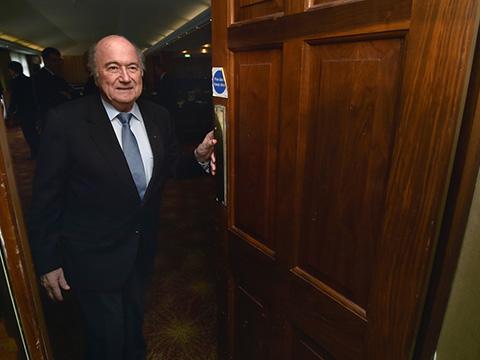FIFA đình chỉ công tác ông Blatter trong 90 ngày - ảnh 1