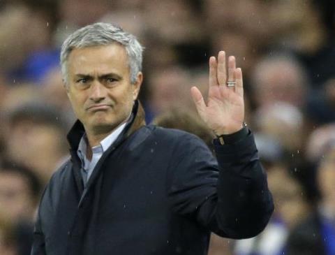 Kháng án bất thành, Mourinho chỉ đạo Chelsea từ... khách sạn