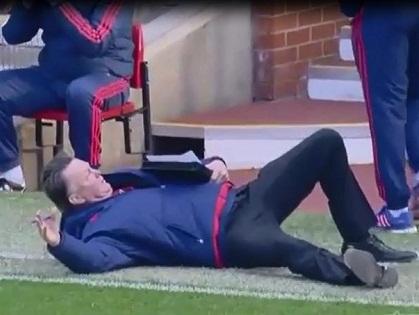 HÀI HƯỚC: Van Gaal tự ngã để giải thích hành động 'ăn vạ' của cầu thủ Arsenal