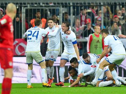 Vòng 24 Bundesliga: Bayern Munich thua sốc trên sân nhà. Dortmund thắng nhẹ Darmstadt