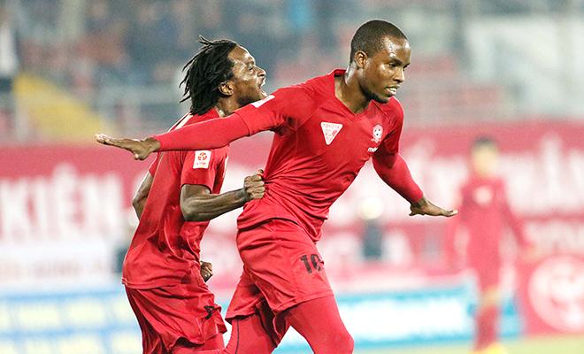 Fagan (trái) và Stevens (phải) đang là 2 tiền đạo hiệu quả nhất nhì V-League hiện tại nhưng họ còn thua kém rất xa so với những Leandro hay Huỳnh Kesley. Ảnh: VSI