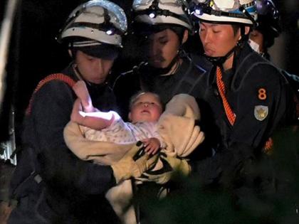 VIDEO: Giải cứu bé gái 8 tháng tuổi mắc kẹt 6 tiếng sau động đất ở Nhật Bản