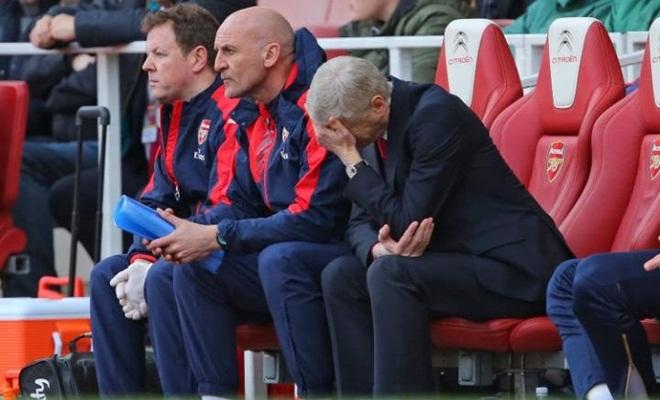 Wenger bị cầu thủ Arsenal nghi ngờ, bị CĐV thóa mạ nặng nề chưa từng thấy