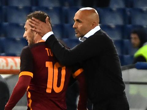 Totti vào sân từ ghế dự bị, lập cú đúp trong 3 phút để cứu Roma