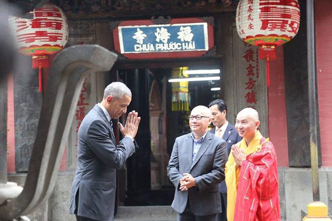 Ảnh độc: Tổng thống Obama chắp tay chào nhà sư chùa Ngọc Hoàng