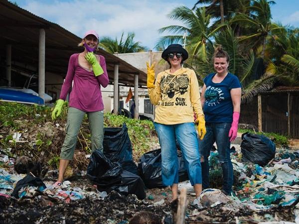 Du khách nước ngoài dọn hàng tấn rác thải ở biển Mũi Né
