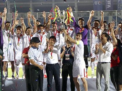 Con số & Bình luận: 95 ngày - HLV Nguyễn Hữu Thắng có danh hiệu đầu tiên