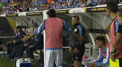 Luis Suarez ném áo, đấm vào cabin vì không được vào sân 'cứu' Uruguay
