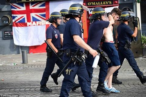 CĐV Anh uống rượu, ẩu đả với CĐV Nga ở Marseille
