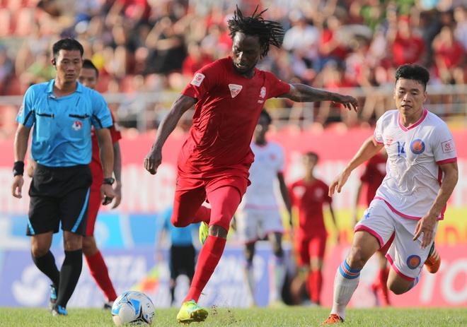 Hải Phòng (áo đỏ) chia điểm sau trận hòa 1-1 với Sài Gòn FC trên sân nhà Lạch Tray.Ảnh: Hiếu Lương