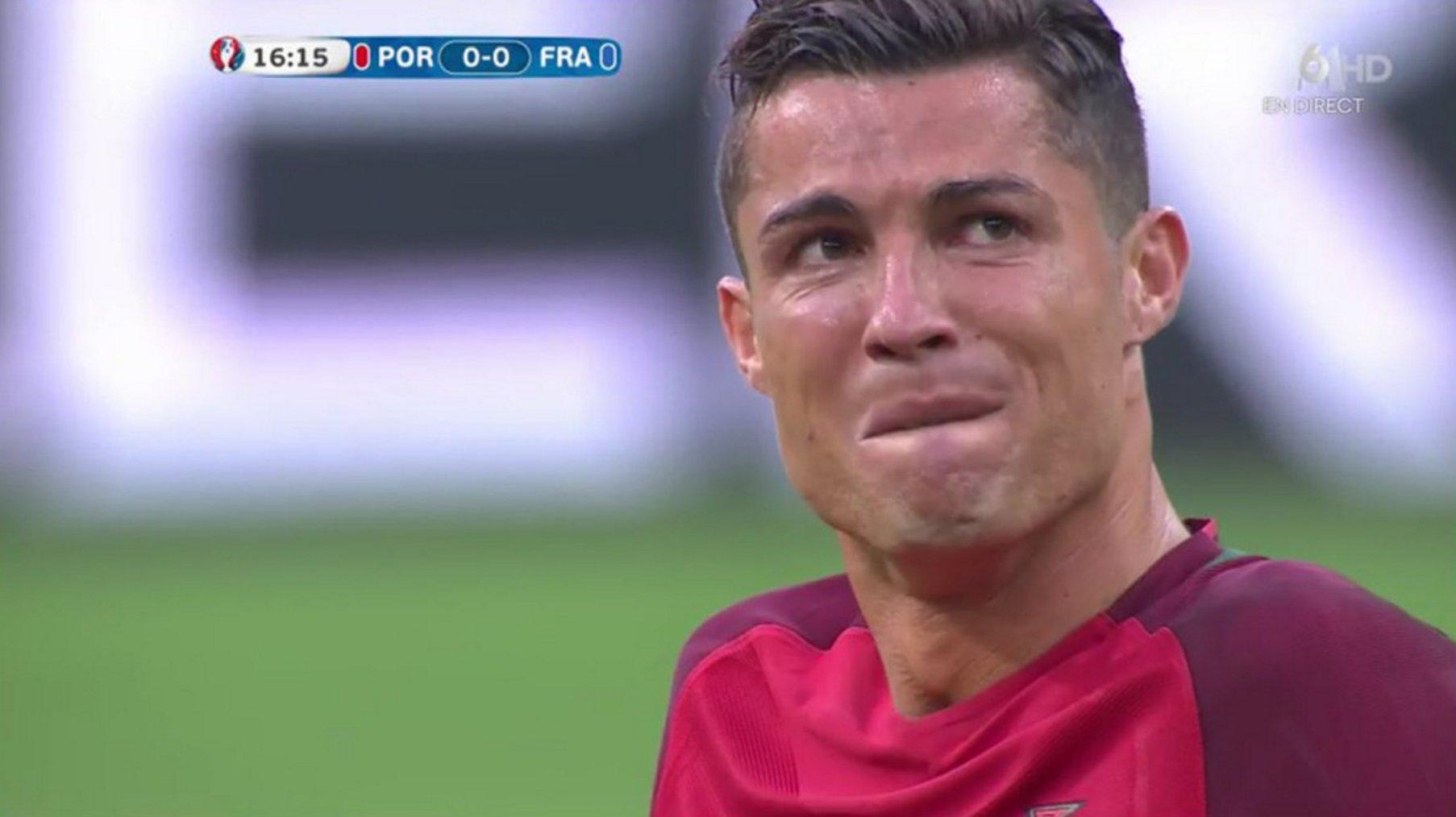 Cristiano Ronaldo khóc tức tưởi, rời sân trong sự ấm ức vì chấn thương