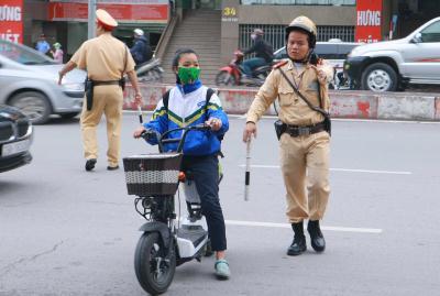 Hà Nội: Xử lý nhiều học sinh đi xe máy điện không đội mũ bảo hiểm