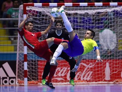 Falcao được tuyển futsal Iran tôn vinh sau trận thắng kỳ tích