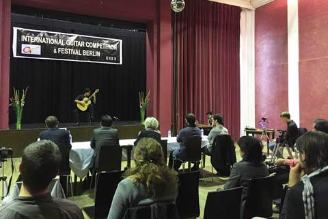 Thí sinh Trần Tuấn An trình diễn tại Liên hoan và thi Guitar quốc tế Berlin 2016