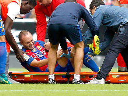 Andres Iniesta chấn thương: Barca mất 'cầu thủ hay nhất thế giới'