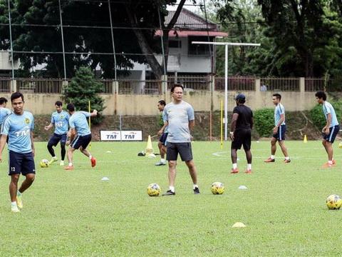 HLV Malaysia bắt cầu thủ tập giữa trưa để đấu tuyển Việt Nam
