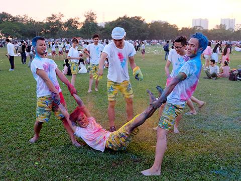 Học sinh Hà Nội nghịch ngợm phun sơn lên mặt chụp ảnh kỷ yếu