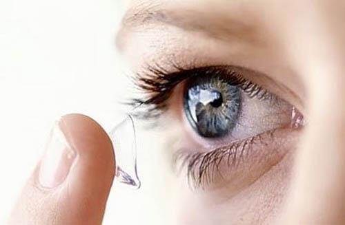 Cảnh báo kính áp tròng không rõ nguồn gốc có thể gây mù
