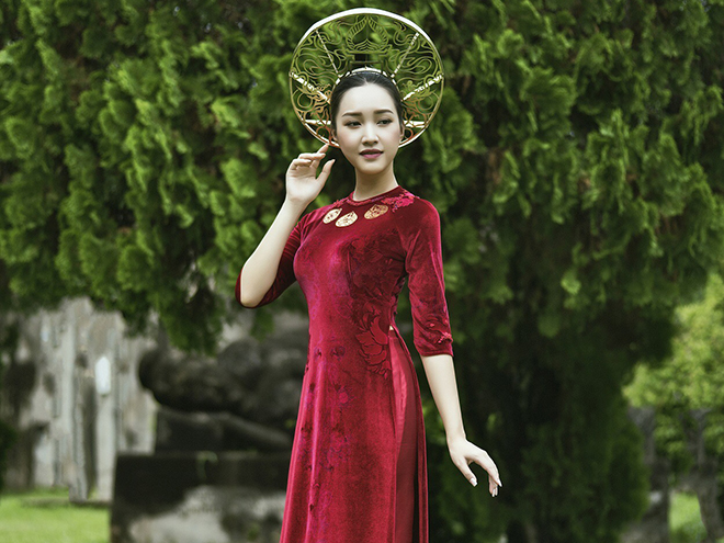 'Nàng thơ xứ Huế' Ngọc Trân 'sang chảnh' với áo dài dát vàng