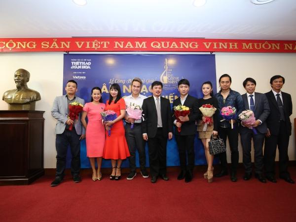 Đại diện các đề cử chụp hình cùng Ban tổ chức Giải Âm nhạc Cống hiến
