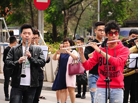 Nhạc sĩ Lưu Quang Minh 'thai nghén đứa con đầu lòng' cùng nhạc sĩ Quốc Trung