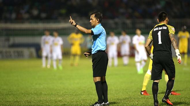 Trọng tài Trần Xuân Nguyện vừa bị đình chỉ công tác sau trận cầu bê bối trên sân Pleiku. Ảnh: Thanh niên