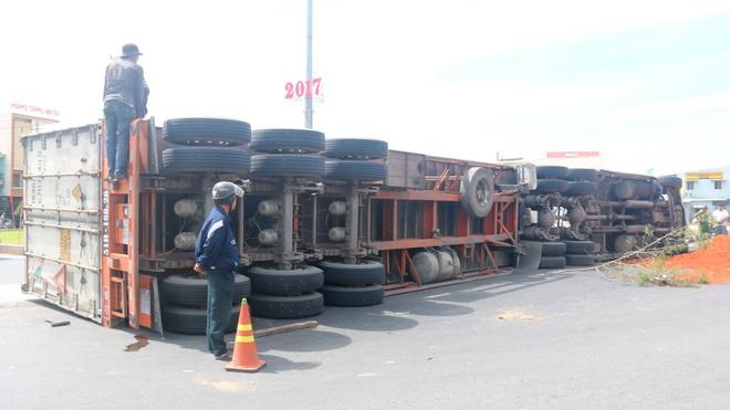 Xe container lật đè xe ô tô con chở 2 người bẹp nát