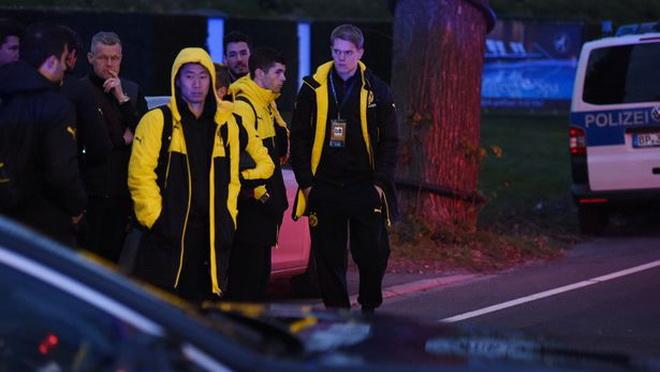 Phát hiện vật khả nghi và tìm thấy lá thư trong vụ đánh bom xe bus của Dortmund