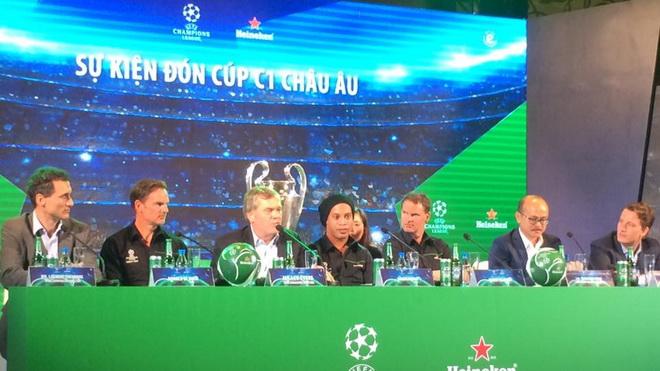 Cựu danh thủ Ronaldinho: 'Tôi yêu Việt Nam và cầu nguyện cho Barca'