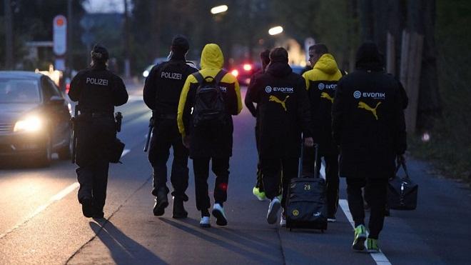 UEFA bị chỉ trích là 'hám tiền', 'ngu ngốc' khi bắt Dortmund ra sân