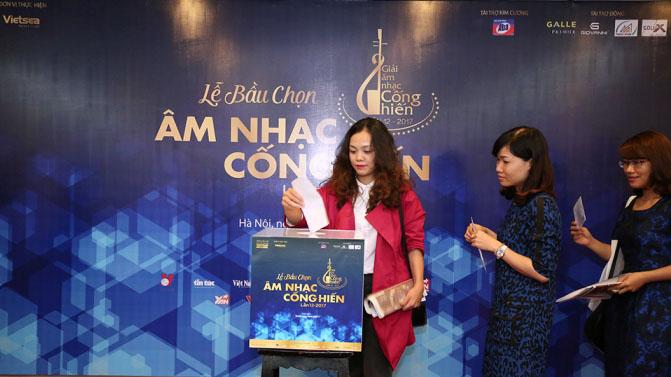 CHÙM ẢNH: Nhà báo cẩn trọng với từng lá phiếu Cống hiến 2017